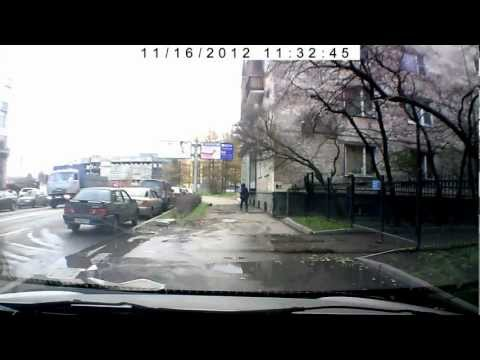 Бабка царапает автомобиль