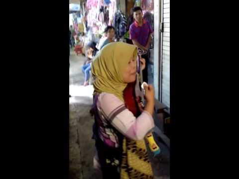 Secawan madu by Acil sri pengamen di pasar baru Banjarmasin