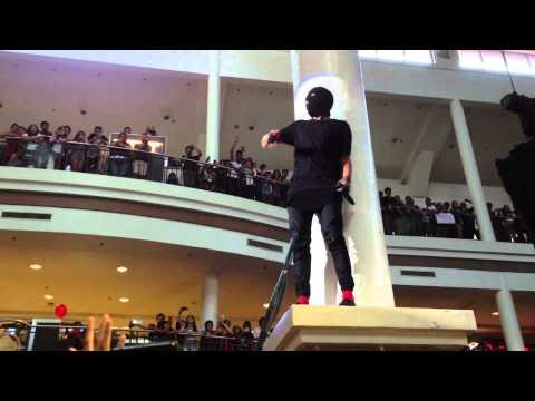 Tyler Joseph climbing mall post in Manila during Car Radio