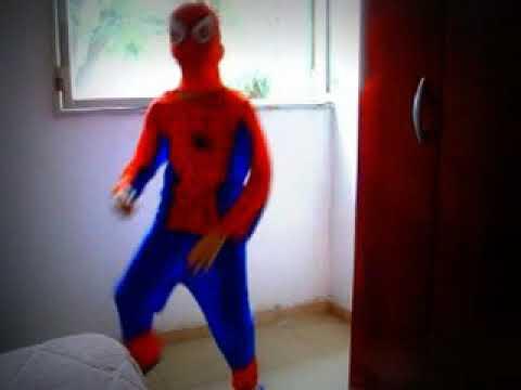 hombre araña bailando el baile del caballo