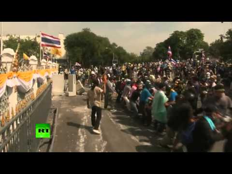THAI protesters reach Prime Minister Office After police remove BARRIERS