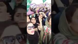 فتيات  ايرانيات فاتنات متظاهرات  مؤيدة  لروحاني  في ايران
