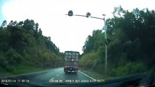 """16 chỗ vượt ẩu gây tai nạn nguy hiểm 2':32"""" - Camera hành trình ghi lại chi tiết."""