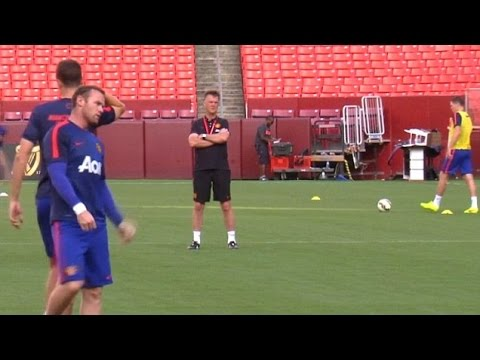 Louis van Gaal Closely Supervises Manchester United Training