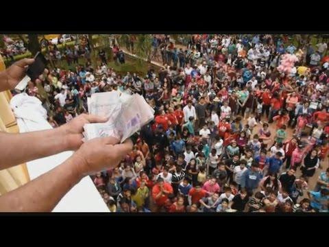 La lluvia de dinero en una iglesia de Paraguay