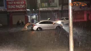 [OTOFUN] - CSGT Đà Nẵng đội mưa đẩy xe giúp dân khỏi điểm ngập