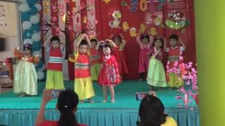 Mina biễu diễn múa Hàn Quốc bài Ba Con Gấu