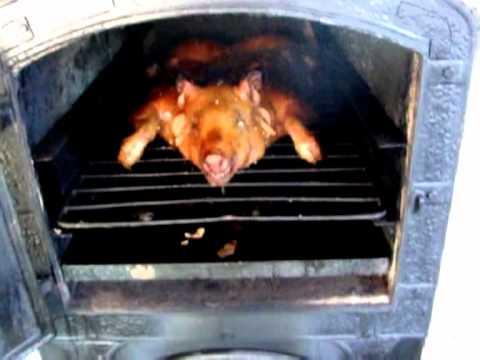 Hornos de calor envolvente a le a lechon a punto youtube - Cocinar horno de lena ...