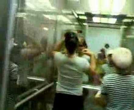 babae sa elevator