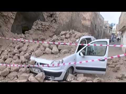 Duvar Seyir Halindeki Aracın Üstüne Devrildi, Sürücü Ölümden Döndü