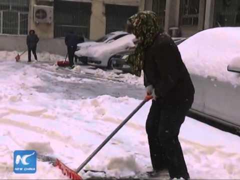 RAW: Heavy snowfall in Urumqi, Xinjiang