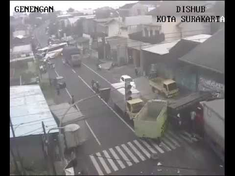 Kecelakaan Mengerikan Truck Vs Truck