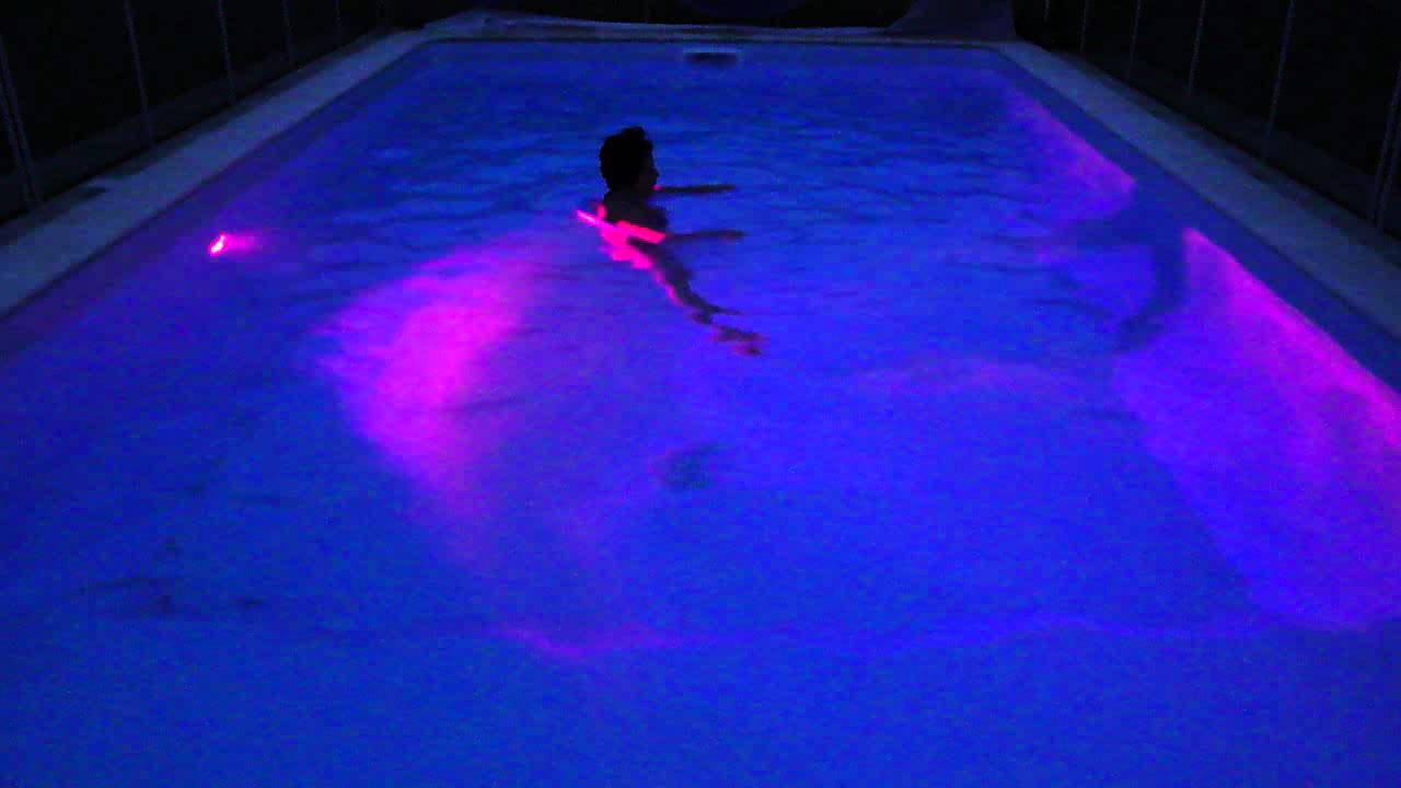 lampe qui change de couleur piscine 2 youtube. Black Bedroom Furniture Sets. Home Design Ideas