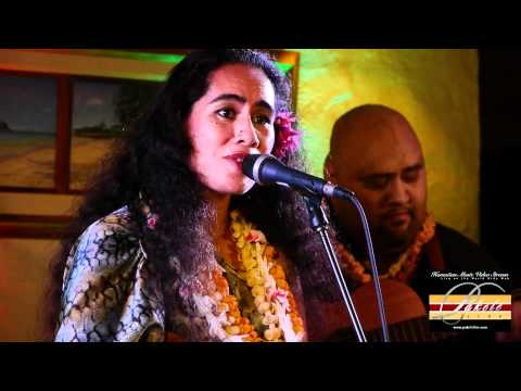 kainani kahaunaele sings ke ala iliahi with the