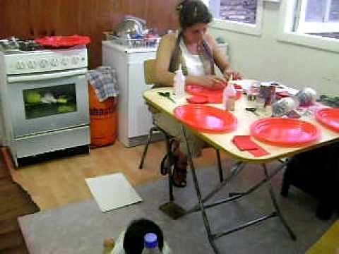 Maritza decorando los platos para la mesa del cumplea os - Vasos para cumpleanos infantiles ...