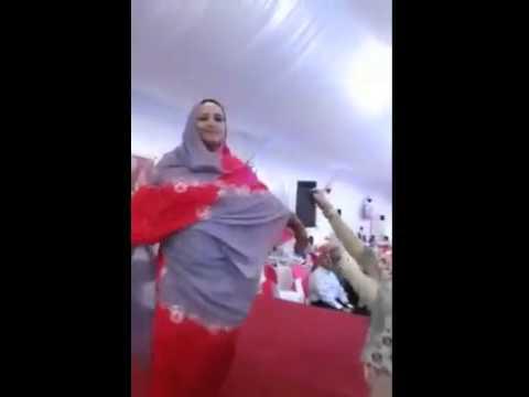 فنانة في وصلة رقص مثير thumbnail