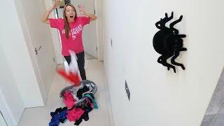 GIANT SPIDER PRANK ON MY MOM!! (HALLOWEEN PRANKS)