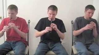 Thumb Trillizos tocando flautas