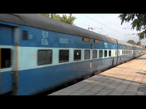 12819 UP- ORISSA SAMPARK KRANTI SUPERFAST EXPRESS ZOOMING PAST GHATSILA STATION(KGP-TATA)