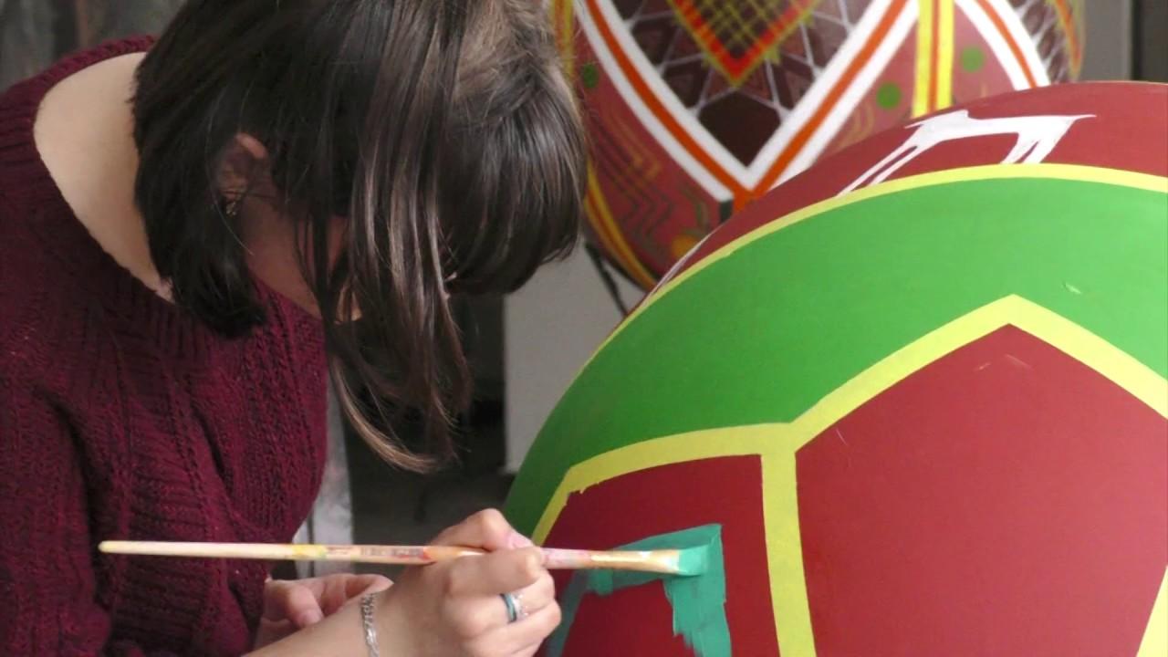 У Калуші розписують велетенські писанки, які прикрасять площу Героїв