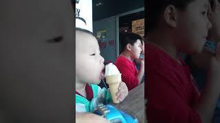 Một trong 101 cách ăn kem của trẻ em