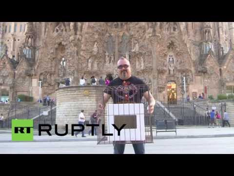Spain: See the CAGED Catalan ballot box drawing glances in Barcelona