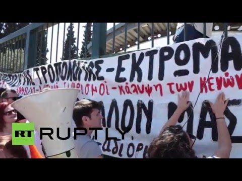 Greece: Teachers try to storm Education Ministry during anti-cuts protest