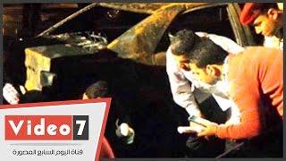 """بالفيديو.. معمل الأدلة الجنائية يعاين سيارات الشيراتون المحترقة بـ""""كشافات الموبايل"""""""