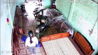 Camera an ninh - camera ghi lại cảnh người phụ nữ vào nhà dân ăn trộm - cảnh báo