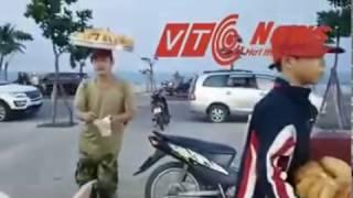 2 cha con đội khay bánh Tiêu đi xe máy bán như diễn xiếc ở khắp phố phường Đà Nẵng.