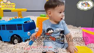 Khu vui chơi trẻ em trong nhà, bé trai chơi hồ hạt gỗ. 0941.7777.05 - 03.3333.7615