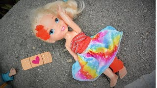 Anna and Elsa Toddlers Elsya has accident #1 falls hurts leg Barbie Bully Frozen Doll Toys In Action