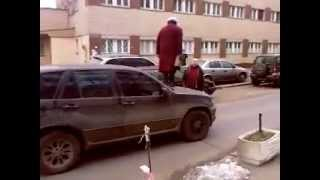 Бабка ходит по BMW X5. Granny goes to BMW X5