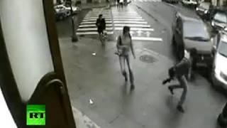 Mann wird fast überfahren!