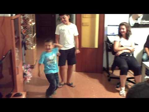 Децата на българите в Испания въртят яки кючеци