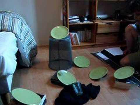 ミラクル?!ピンポン玉が数枚のお皿の上を飛び跳ね、コップにイン!