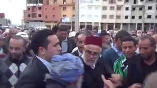رئيس الحكومة يقبل يد مواطن في جنازة المرحوم أحمد الزايدي
