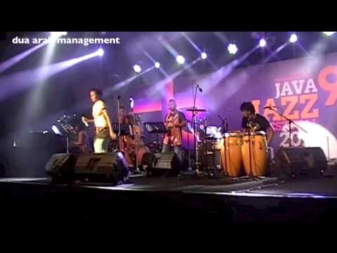Maju Tak Gentar & Di Timur Matahari - Bandanaira (java Jazz  Festival 2013) video