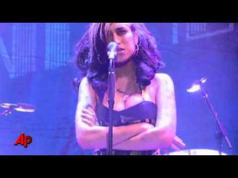 Winehouse Booed Off Stage in Serbia