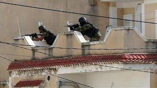 video Quando mancano appena due giorni alle elezioni legislative, la Tunisia si trova alle prese con un gruppo di terroristi, che a Oued Ellil, a ovest di Tunisi, dopo aver ucciso un agente, si sono...