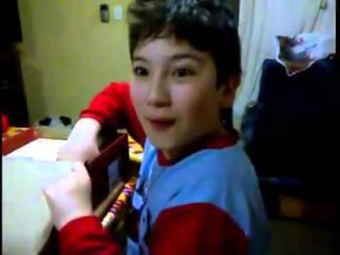 0 Niño recibe una tabla de madera en lugar de una Tablet (Broma)