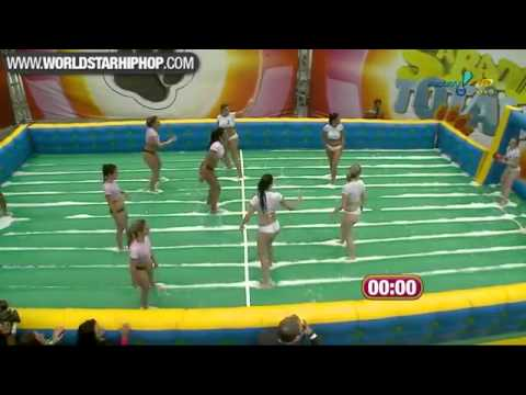 Chicas Brasileñas Jugando Fútbol Inflable en Bikini