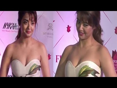 Hot Surveen Chawla's Sizzling Cleavage Show At Nykaa Femina Beauty Awards 2017