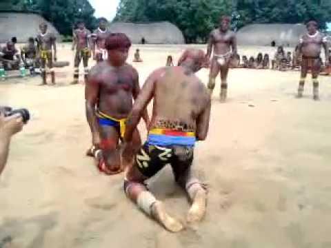 Anderson Silva lutando huka huka contra Índios na aldeira do Xingu