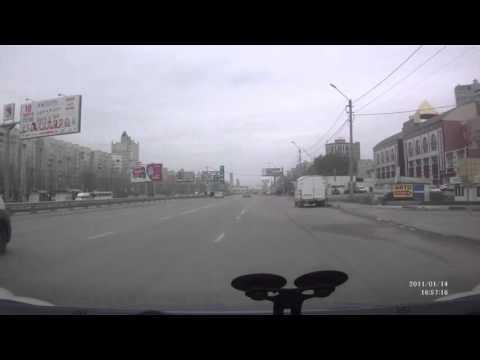 Невозмутимая реакция девушки, которую чуть не сбили. Воронеж