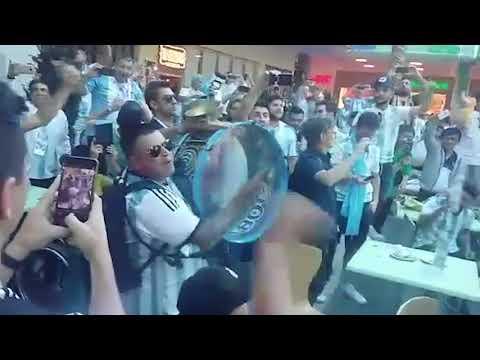 Аргентинцы распеваются в Нижнем Перед матчем ЧМ с Хорватиец в торговом центре около стадиона. Мощно