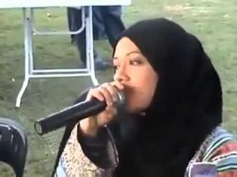 A Malaysian girl reading the Qoran - Very beautiful sound ..