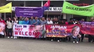 Furious Johor NGO reps demonstrate against Tun Mahathir