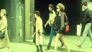 Sonja Savic - Ona je tu, i hoda sama kroz grad...