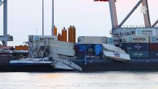 Veertig containers vallen in het water bij Maasvlakte - Video: MediaTV en Clinton Put